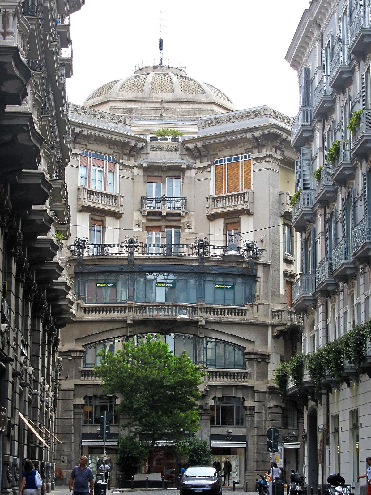 Napoli_-_Palazzo_Mannajuolo